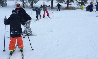 Hepokullan koulun 1 C hiihtämässä