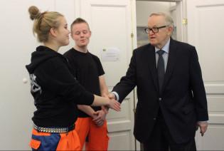 TAIn opiskelijat kättelevät presidentti Ahtisaari