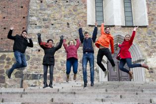Opiskelijat tuomiokirkon portailla