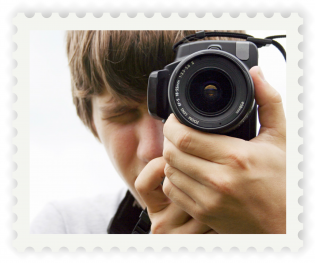 Valokuvaava mies postimerkin muotoisessa kuvassa