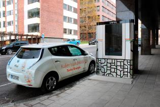 sähköauto parkkeerattu latausaseman viereen